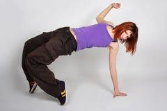 La jeune fille rousse dans hip-hop vêtx la danse Photographie stock libre de droits