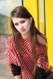 La jeune fille s'assied près de l'hublot photographie stock libre de droits