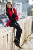 La jeune fille s'est habillée dans des pantalons en twill occasionnels, espadrilles noires Photo stock