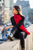 La jeune fille s'est habillée dans des pantalons en twill occasionnels, espadrilles noires Images stock