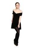 La jeune fille s'est habillée dans la robe noire occasionnelle et des espadrilles noires Images libres de droits