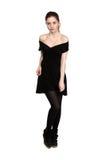La jeune fille s'est habillée dans la robe noire occasionnelle et des espadrilles noires Image libre de droits