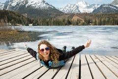 La jeune fille se trouve par le lac congelé Strbske Pleso de montagnes - pré photographie stock