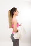 La jeune fille sportive a fini la formation, tenant a photographie stock libre de droits