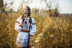 La jeune fille sur le champ d'été au Belarus national vêtx, FLB Photos libres de droits