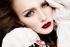 La jeune fille sur le champ d'été au Belarus national vêtx, FLB Images stock