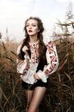 La jeune fille sur le champ d'été au Belarus national vêtx, FLB Image libre de droits