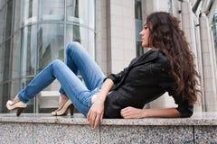 La jeune fille sur un horizontal de ville Photos libres de droits