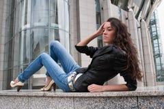 La jeune fille sur un horizontal de ville Images stock