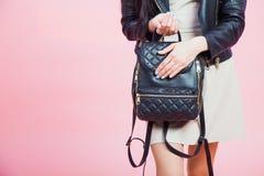 La jeune fille tenant le sac en cuir avec des ongles manicure Images libres de droits