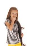 La jeune fille tenant une planche à roulettes rose remettent la bouche Photos libres de droits