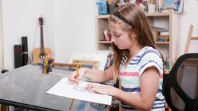La jeune fille trace quelques lignes utilisant un crayon et un rapporteur banque de vidéos