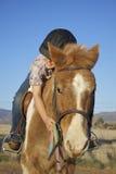 La jeune fille étreint son poney Photo stock