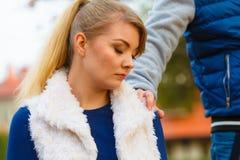 La jeune fille triste s'asseyent dehors avec l'ami Images stock