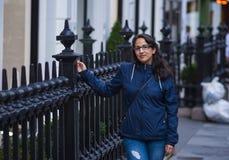 La jeune fille turque marche par la ville de Londres Photos libres de droits