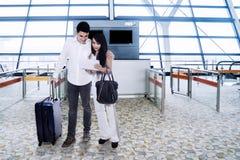 La jeune information de vol de vérification de couples sur le comprimé Photos libres de droits