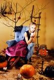 La jeune jolie adolescente dans des vacances de Halloween a décoré l'interio photos libres de droits