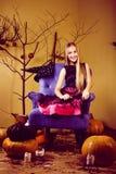 La jeune jolie adolescente dans des vacances de Halloween a décoré l'interio images libres de droits
