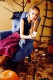 La jeune jolie adolescente dans des vacances de Halloween a décoré l'interio photo libre de droits