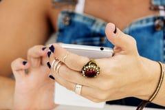 La jeune jolie femme utilise son smartphone Image libre de droits