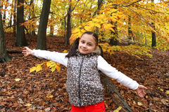 La jeune jolie fille aime la nature Photo stock
