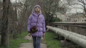 La jeune jolie fille marche, temps extérieur et froid clips vidéos