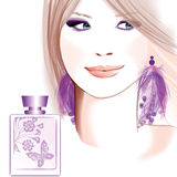 La jeune jolie publicité de femme pour le parfum Image stock