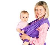 La jeune mère avec la chéri dans l'élingue a isolé le blanc images libres de droits