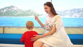 La jeune mère avec son petit fils est au ralenti banque de vidéos