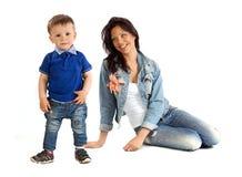 La jeune mère et sa dépense de fils calent ensemble Photos libres de droits