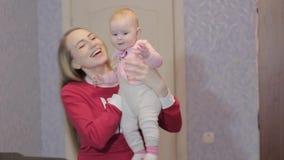 La jeune mère joue avec sa fille clips vidéos