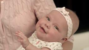 La jeune mère lui alimente le lait de bébé photos stock