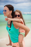 La jeune mère monte sa fille aimée sur Image libre de droits