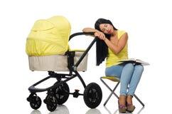 La jeune maman avec le livre de lecture de bébé et de landau Photos stock