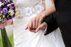 La jeune mariée avec un bouquet de mariage Image stock