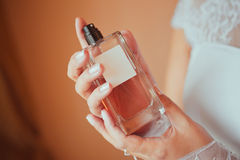 La jeune mariée avec une bouteille de parfum Image stock