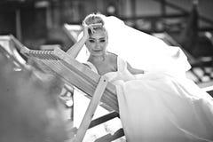 La jeune mariée blonde de stilysh mignon étonnant d'élégance pose sur le CCB Images libres de droits
