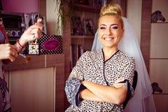 La jeune mariée blonde de stilysh mignon étonnant d'élégance pose sur le CCB Image stock