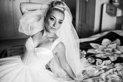 La jeune mariée blonde de stilysh mignon étonnant d'élégance pose sur le CCB Images stock