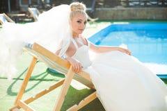 La jeune mariée blonde de stilysh mignon étonnant d'élégance pose sur le CCB Photographie stock libre de droits