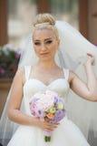 La jeune mariée blonde de stilysh mignon étonnant d'élégance pose sur le CCB Image libre de droits