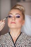 La jeune mariée blonde de stilysh mignon étonnant d'élégance pose sur le CCB Photo stock