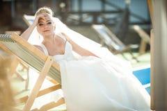 La jeune mariée blonde de stilysh mignon étonnant d'élégance pose sur le CCB Photographie stock