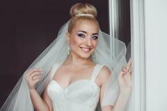 La jeune mariée blonde de stilysh mignon étonnant d'élégance pose sur le CCB Photo libre de droits