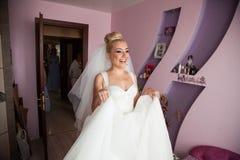 La jeune mariée blonde de stilysh mignon étonnant d'élégance pose sur le CCB Photos libres de droits