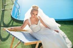 La jeune mariée blonde de stilysh mignon étonnant d'élégance pose sur le CCB Photos stock