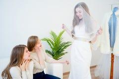 La jeune mariée choisit une robe Photo stock