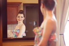 La jeune mariée dans le port de miroir composent Image libre de droits