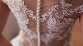 La jeune mariée dans la robe de mariage blanche tient un bouquet banque de vidéos