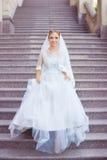 La jeune mariée dans une robe blanche dans l'appartement image libre de droits